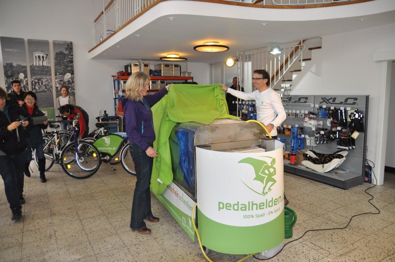 Sabine Nallinger eröffnet 1. Indoor-Fahrradwaschanlage Münchens